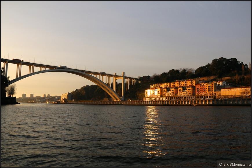 Впереди - парящий пешеходно-автомобильный мост Аррабида. Мост открыт в 1963 году и имеет статус национального памятника Португалии.