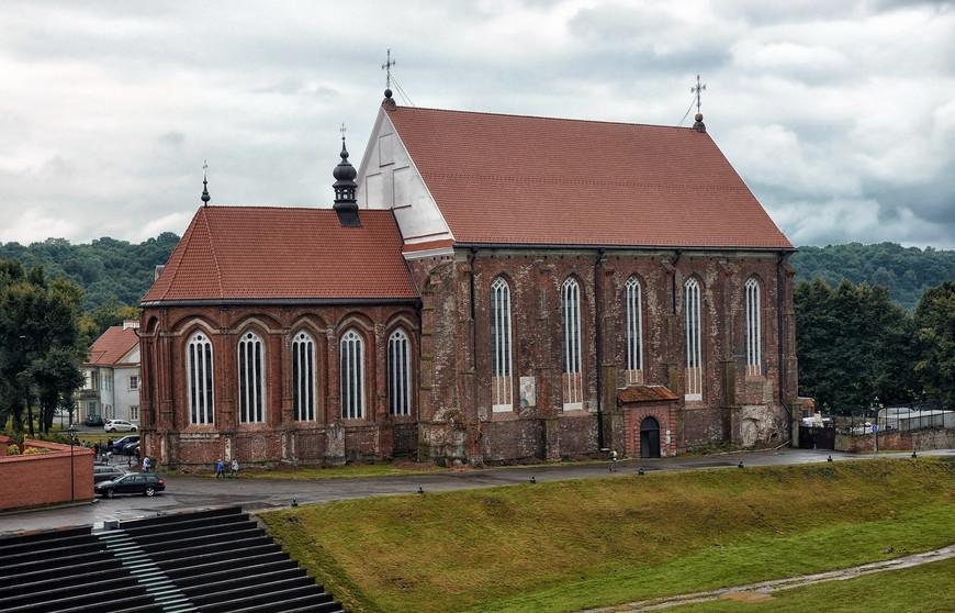 Расположен у впадения реки Вилии в Неман, вблизи Каунасского водохранилища, в 104 км к юго-западу от Вильнюса.