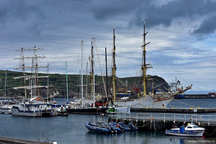 Как видите, в порт приходят и вполне полноценные парусники... А по середине видно надувные лодки, на которых ходят за китами... )