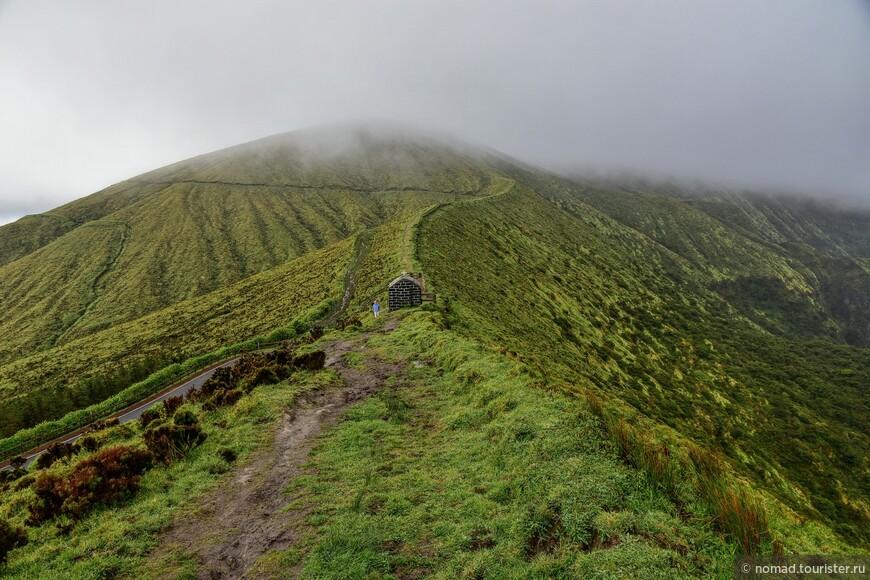 Слева находится дорога, а справа склон спускается в жерло бывшего вулкана...