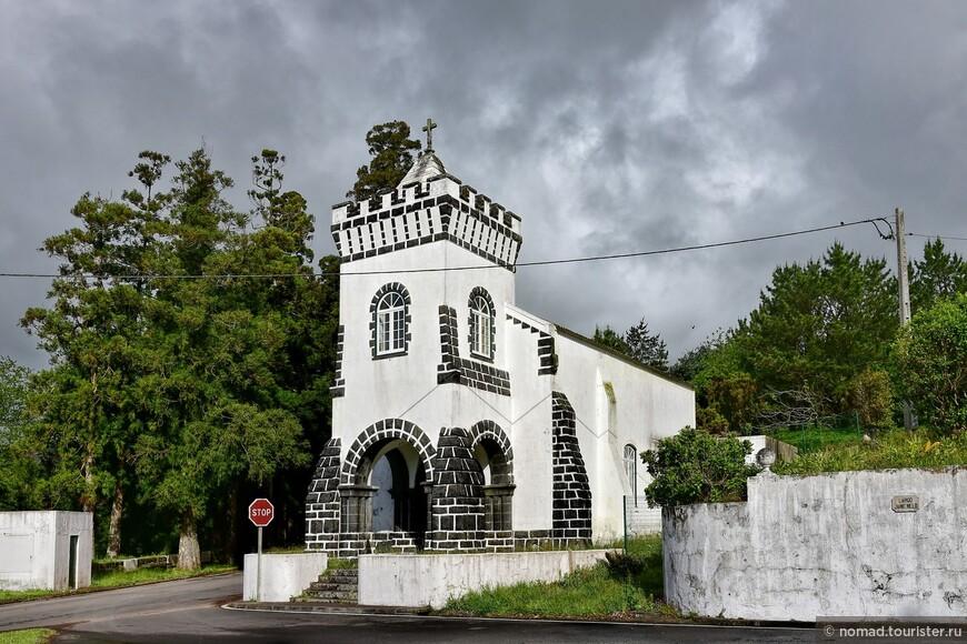 Симпатичная церковка, попавшаяся нам по дороге на Кальдейру.