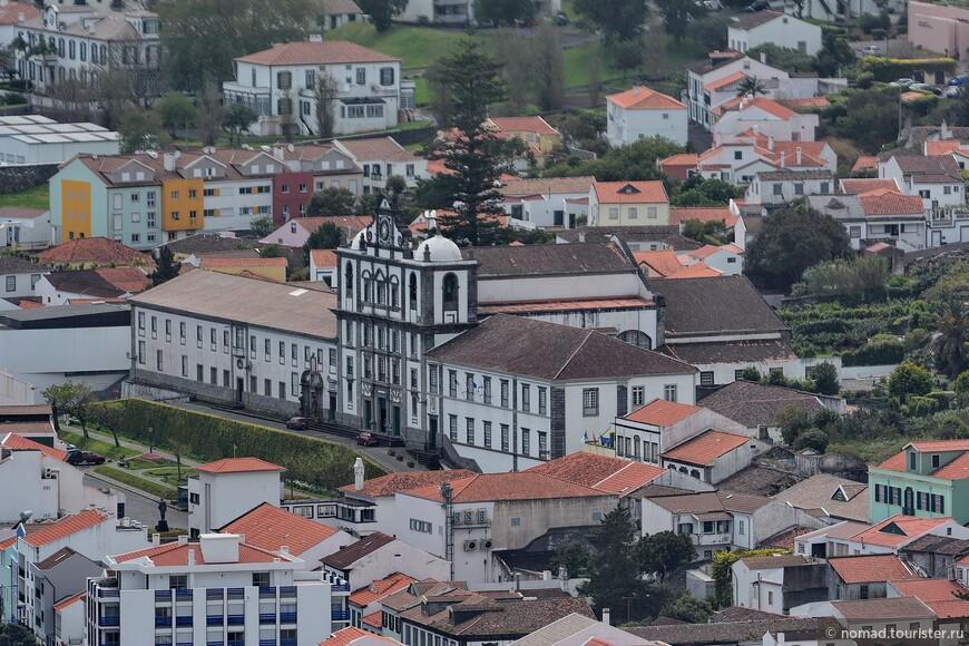 Огромное здание Муниципалитета сверху.