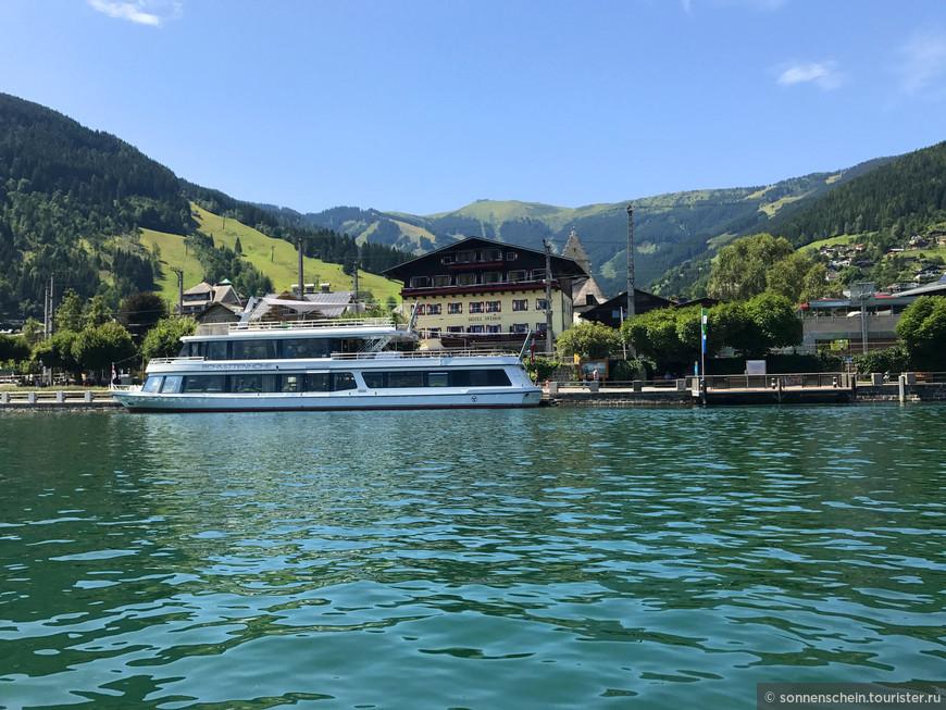 Можно выбрать и кораблик, кому что по душе. Вода в озере изумрудного цвета и только под прямыми лучами солнца меняется на голубой.
