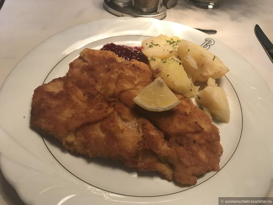 Мы же поехали в нашу гостиницу в Санкт Йоганне ин Понау. На ужин подавали венский шницель. Австрийский размер заставляет поднапрячься.