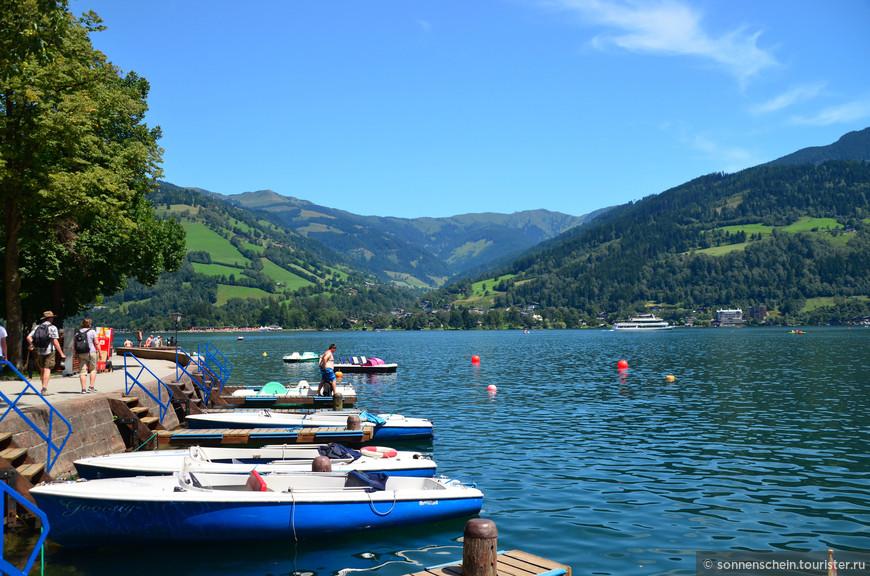 Выбрали моторную лодочку с тентом и поплыли. Полчаса стоили 15 евро, час 25 евро.