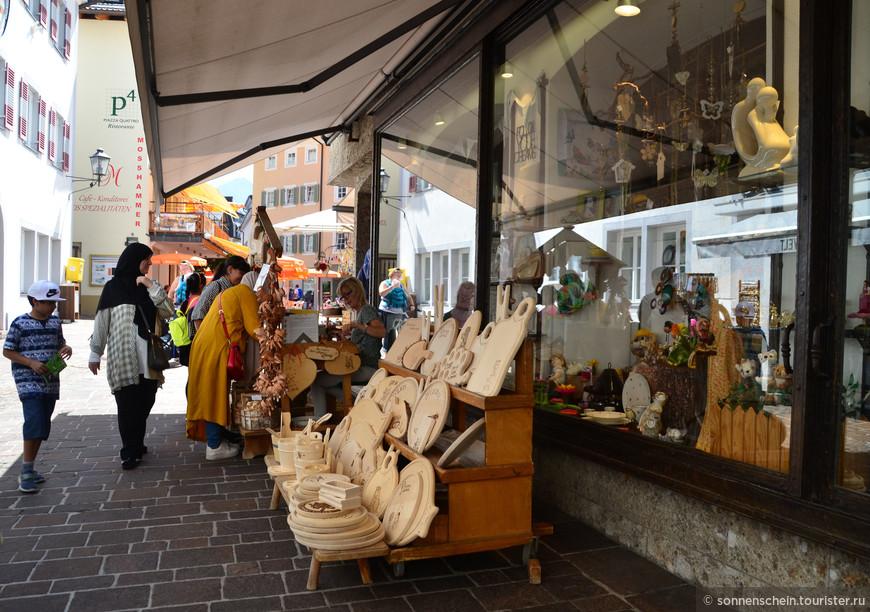 В этом сувенирном магазине много интересных вещиц австрийского производства, не удержались и купили подарки себе и друзьям. Обратили внимание, что очень много арабов, причём не бедных.