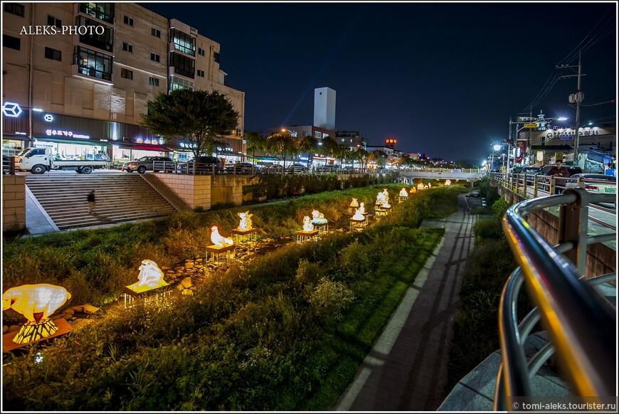 Вереницы светящихся объектов — это скульптуры из проволоки, обтянутые тканью, которые подсвечиваются изнутри. Такая вот прекрасная корейская традиция. И гулять ведь приятно, созерцая такую красоту.