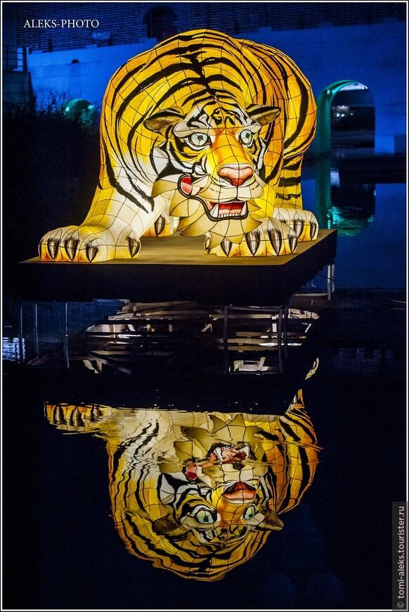 Еще раз бросим взгляд на супер тигра. Он мне понравился больше всех других скульптур. И насильно отрываем себя от этого полуночного вернисажа...