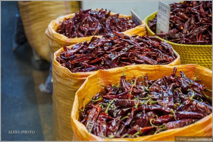 """Далее — следуем вдоль торговых рядов. Корейцы, как и все азиаты, любят ночную торговлю на улицах.  Перец - это корейское все. Хотя,мы особо не заметили супер острой пищи. Может, нам, как иностранцам и не подсовывали """"спайси""""?"""