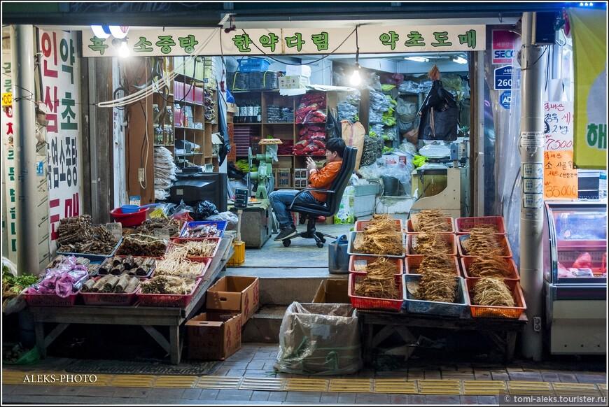 Торговцы сидят себе посреди ночи в своих лавочках. Многие - даже с комфортом и телевизором... Типичная картина для Азии.