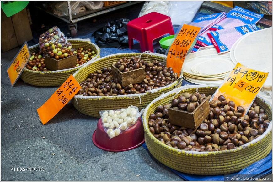 Вот продают каштаны. Мы не раз покупали их жареные - вполне себе вкусная штука. Сладковатые такие...