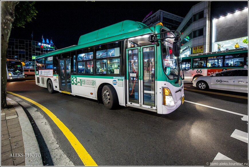 Выходим на широкую улицу. Мимо проезжают запоздалые автобусы.
