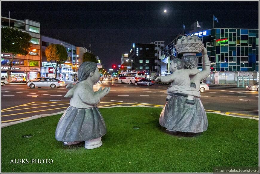 Какие-то скульптурки на газонах — корейцы их очень любят.