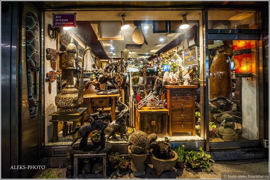 Сувенирные магазины — тоже работают допоздна. И надо сказать, что сувениры в ЮК очень добротно сделаны. И выбор — огромный. Страну посещает большое количество туристов.