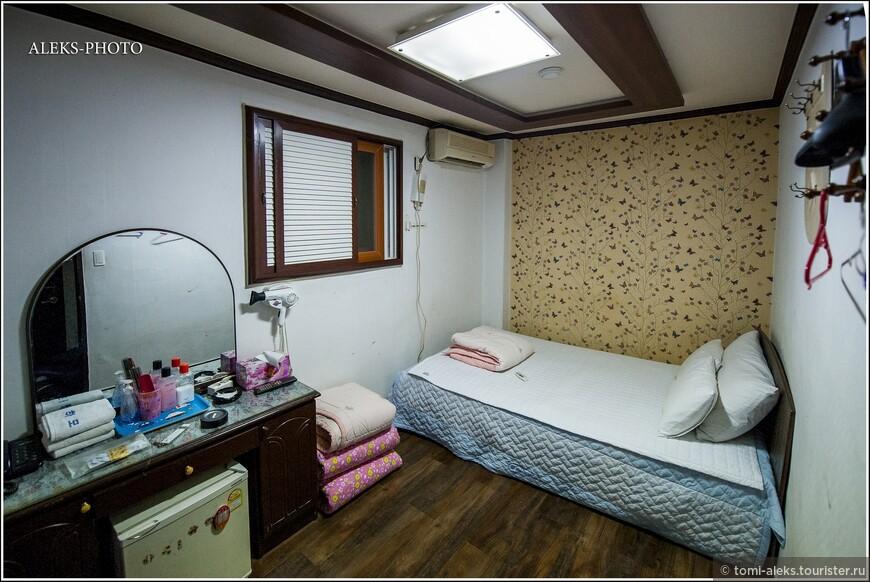 """Все """"хотелы"""" в Южной Корее — это удел богатых туристов, готовых выложить за ночь от 80 баксов и выше (чаще — сотня). Там обязательно записывают паспортные данные. В мотелях — лишь иногда, что упрощает и убыстряет процесс заселения. Все мотели стоят примерно одинаково — 20-30-40, ну максимум — 50 долларов. И это при очень даже аккуратных комнатах и наличии всего необходимого. Вот, кстати, и типичная обстановочка мотеля. Никакой роскоши, но все продумано до мелочей."""