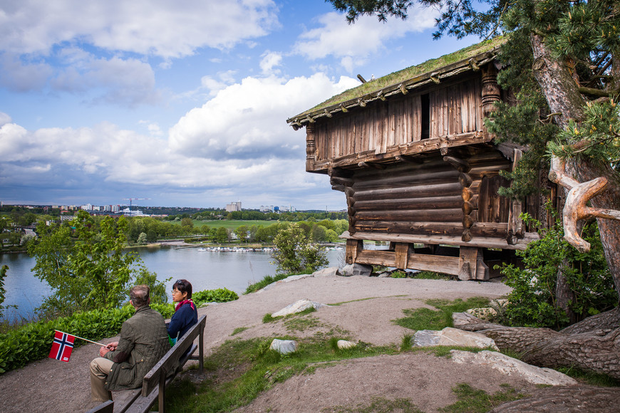 Избушка) Скансен очень интересно расположен, на холме в середине острова Юргорден.  Сам по себе остров тоже крайне приятен для прогулок. В свой следующий визит мы обошли его по кругу.
