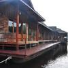 Плавучий отель на реке в тихом живописном месте