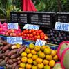 Продукция местных фермеров на придорожном рынке. Слива кислая, а персики - отличные!