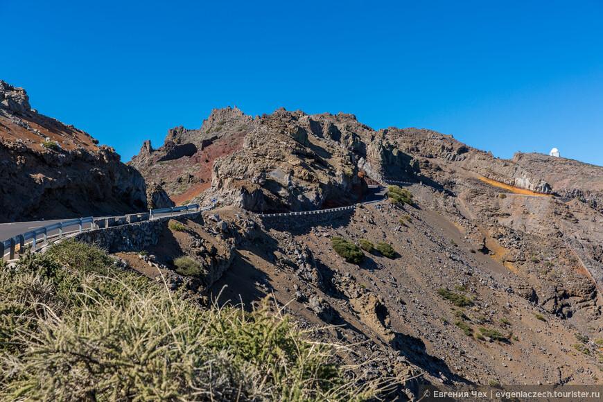 А дорога привела нас к самому высокому пункту. Она побежит дальше, а мы здесь выйдем и отправимся в маленький поход вдоль кратера.