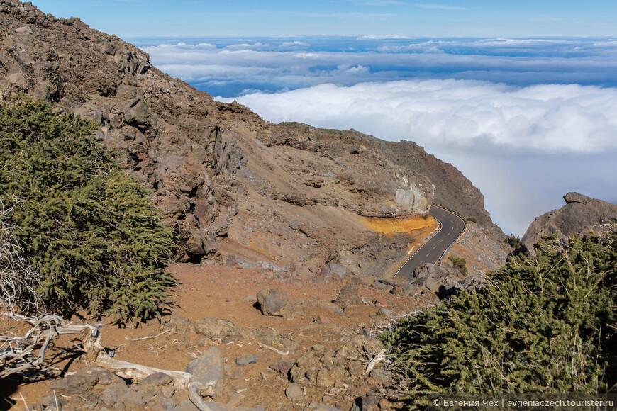 А мы вышли на самую высокую часть пути, теперь можно смотреть на обе стороны - и в кратер, и на внешнюю сторону горы.