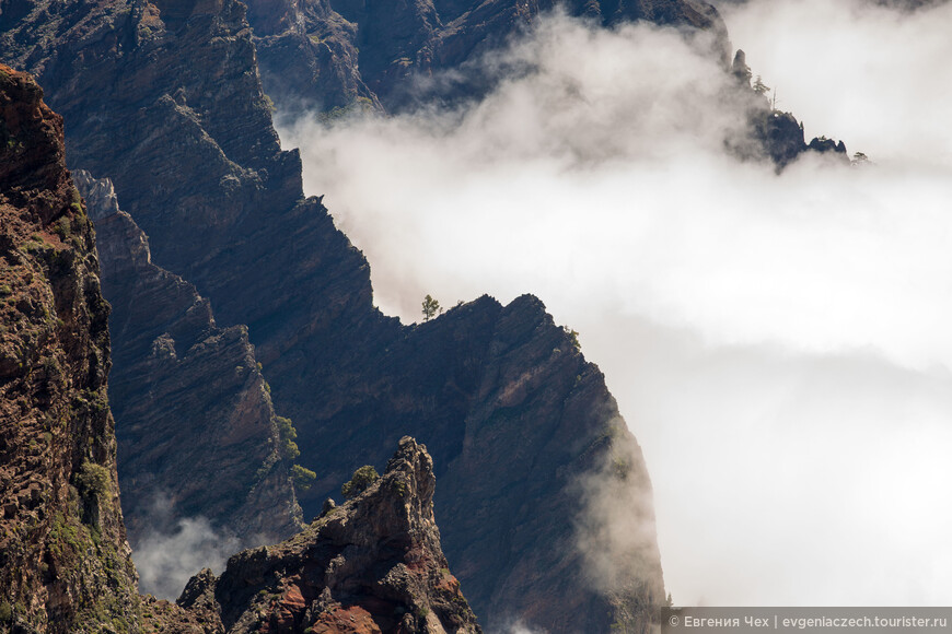 А в кратере замешивается волшебное зелье невидимой рукой