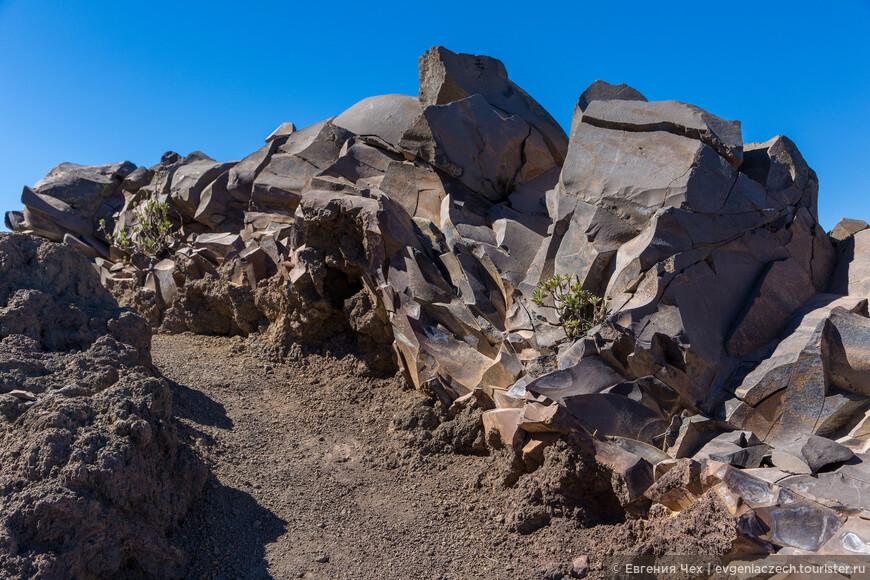 Вновь встречаются причудливые скалы.