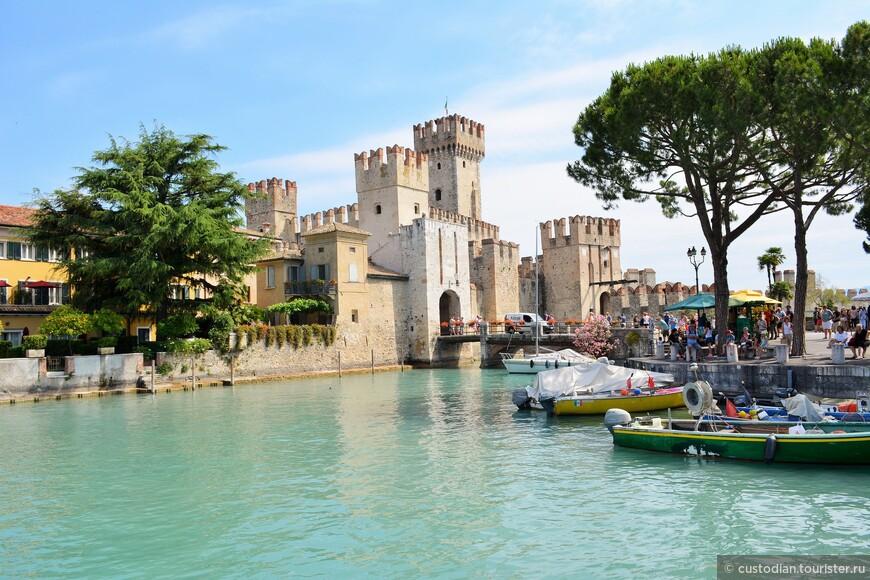 Замок Скалигеров, построенный в 13 веке некогда служивший военным портом веронской флотилии.