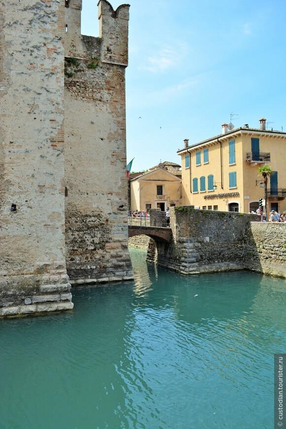 Раньше вход в замок осуществлялся через подъёмный мост, сохранившийся до настоящего времени. Теперь вход и въезд в город осуществляются через постоянный мост, переброшенный через протоку, отделяющую старый город от его районов на мысу.