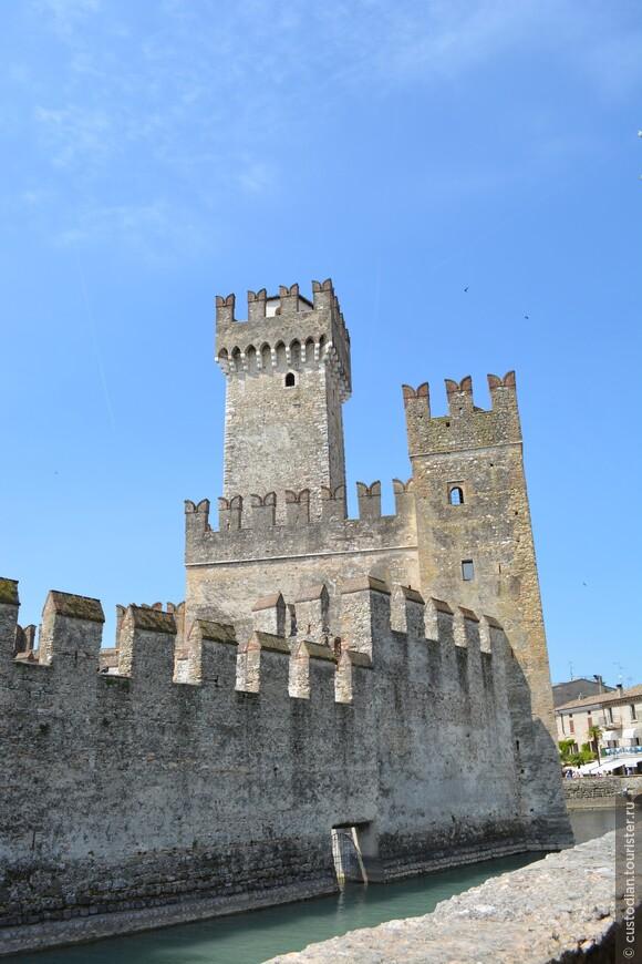 Скалигеры - это знатный род, который правил Вероной с 1260 по 1387 годы. Строительство крепости начал основатель этого рода - Мастино I делла Скала.