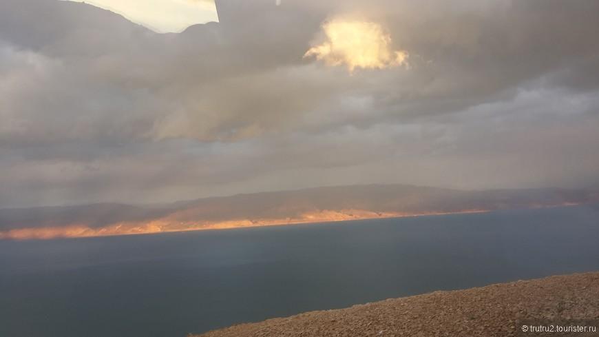 Вид на Мертвое море зимой.