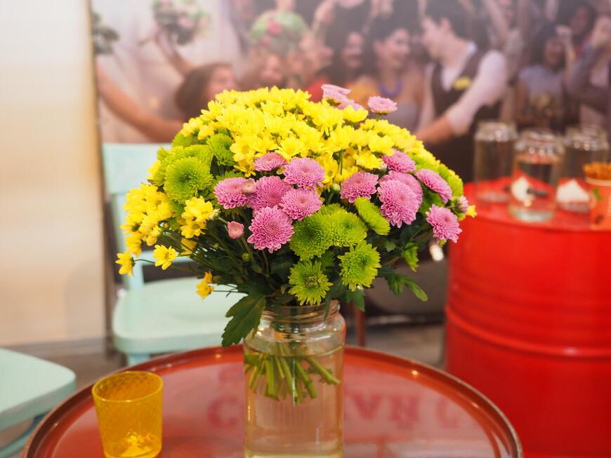 Российские цветы. Стоят на железной бочке, в обычной банке и рядом гранёный стакан. Так и не поняли - это получилось случайно или сделали специально.