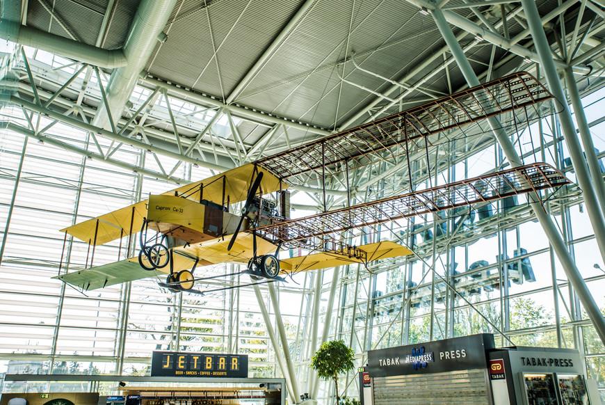 Аэропорт имени М. Р. Штефаника также известный как Братислава-Иванка.  По причине того, что первый раз летая по этому маршруту мы купили билет флай анд бас, стыковка на который была через 2,5 часа после прилета, мы провели в аэропорту много времени. Особо заняться там нечем. Пили пиво в этом баре под самолетиком.