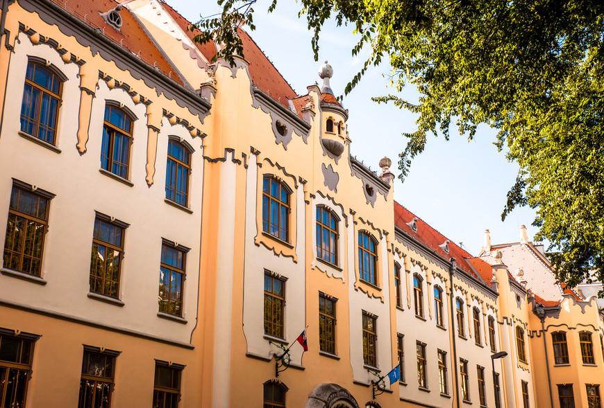Церковь составляет единый архитектурный ансамбль со зданием Католической гимназии на Грёсслинговой улице.