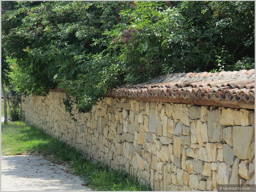 """Ну про возраст домов, про необходимость их реставрировать или вообще сносить - об этом пусть думают хозяева.       А мы - гости, что увидели, то и запомнили. В первую очередь, как и в старых городах,  в болгарских деревнях бросаются в глаза 2-2,5 метровые заборы (толщина доходит до 1 метра). """"Мой дом, моя крепость..."""" Долгие годы османского владычества с насаждаемыми  антиболгарскими законами, правилами, требованиями сказались на желании болгар претворять эту сентенцию в реальность. Забор-крепостная стена, это вам не домик в Вологде, где резной полисад."""
