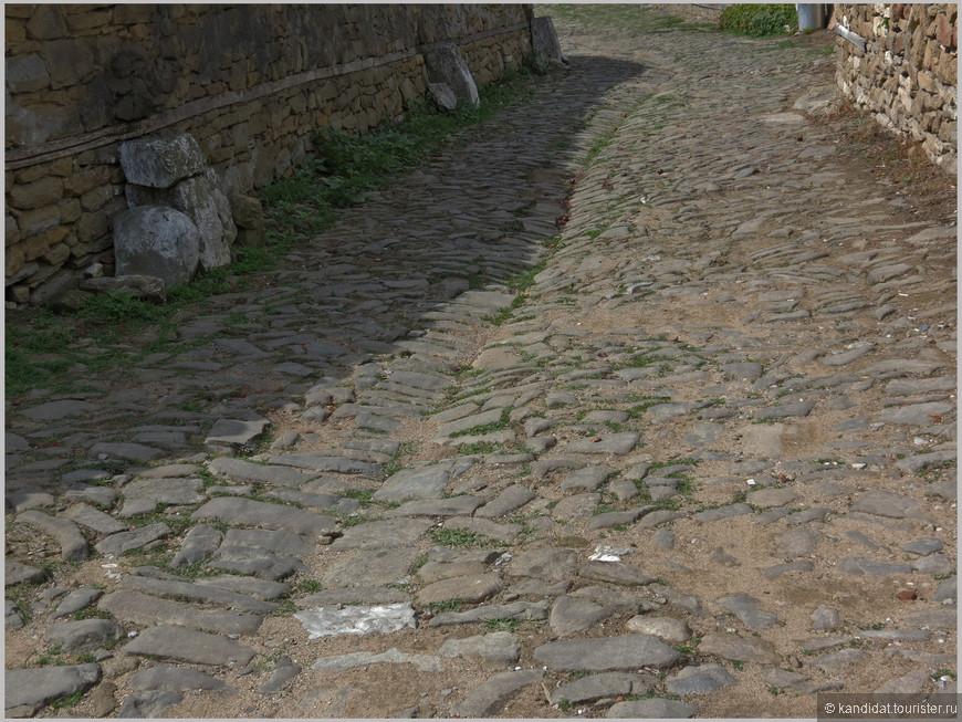 Улицы выразительные, каждая по своему интересна. Им где-то по 100-150 лет. А посмотрите как продуманно выложена дорога. Надо полагать лужи на улицах села надолго не задерживаются...