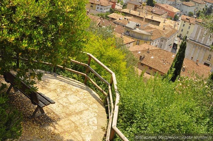 Скамейка с видом на город.JPG