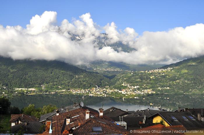 А это - вид из нашего окна в поселке с двух-тысечелетней историей Тенна. Внизу - озеро Кальдонаццо и поселок Кальчераника, а гора, занавешенная облаками - Виголана - самая прекрасная со всеми женскими чертами гора ))).