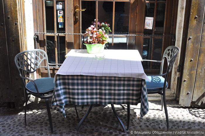 Ресторанный столик на узкой улочке в Дезенцано над оз. Гарда.