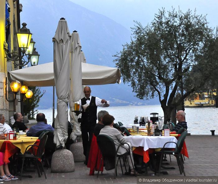 Ужин на берегу озера в Рива дель Гарда.