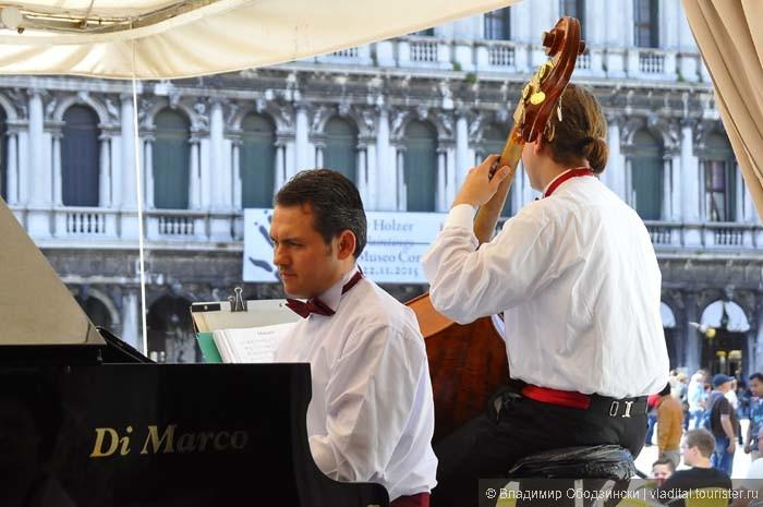 Музыканты в ресторане на площади Святого Марко.