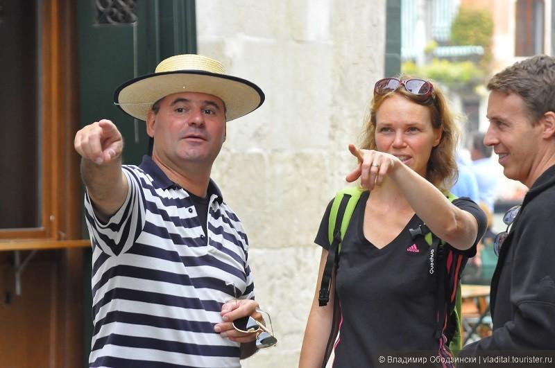 Венецианский гондольер объясняет туристам... как проще заблудиться )))).