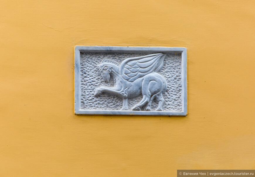 Разглядывая украшения домов, понимаешь, какие они старинные