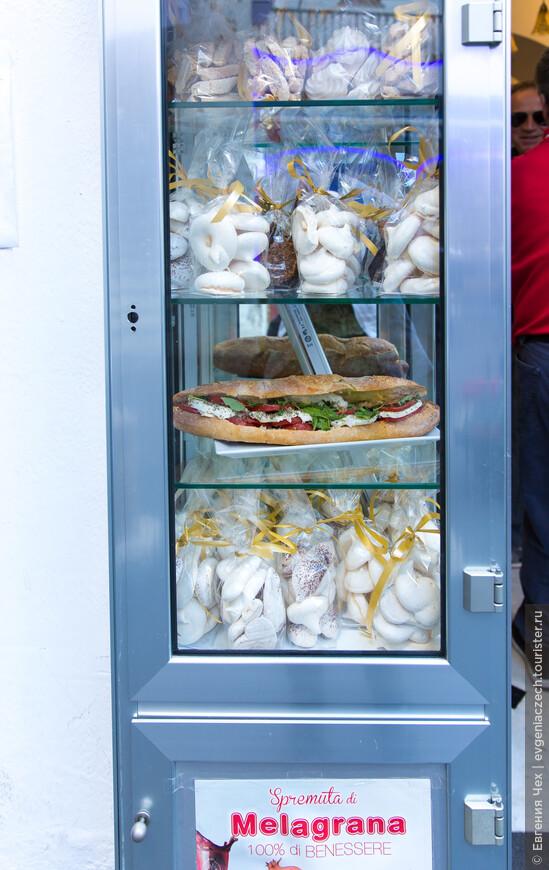 Амальфи знаменит своими традициоными кондитерскими изделиями. А от размера этого бутерброда стало не по себе.