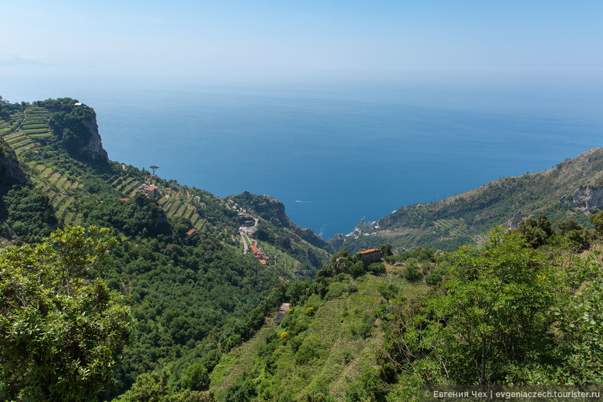 Путь этот исторически приложили крестьяне, выращивающие на этой высоте виноград и каштановые деревья.