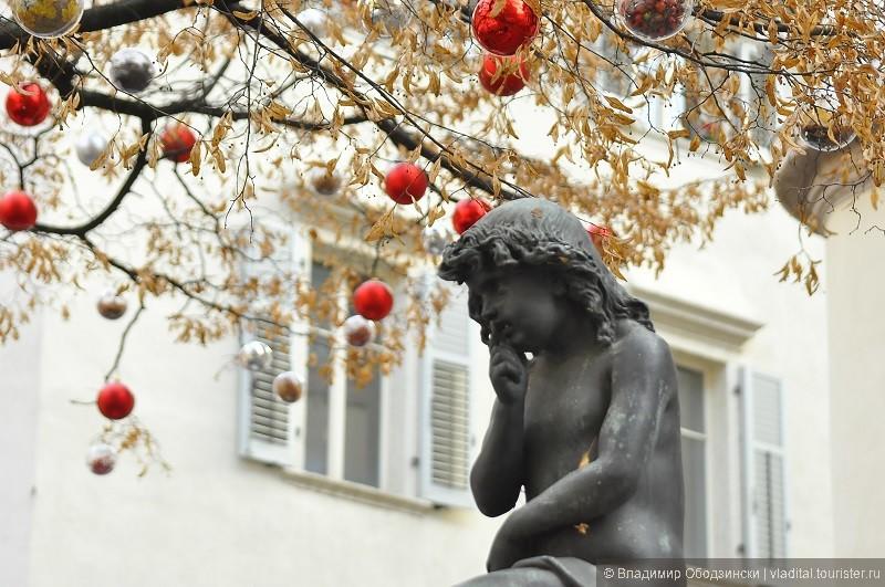 А так украшают деревья на Рождество в городах северной Италии.