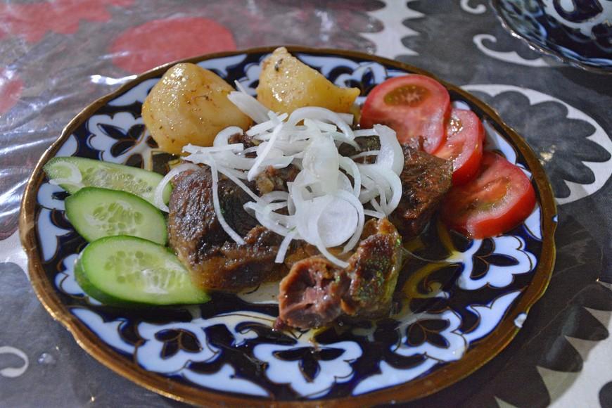 В Узбекистане, безусловно, знают толк в готовке мяса. Размеры порций - средние, но цены приятные. Шашлык,  если не ошибаюсь,  был от 40 рублей по базарному курсу.