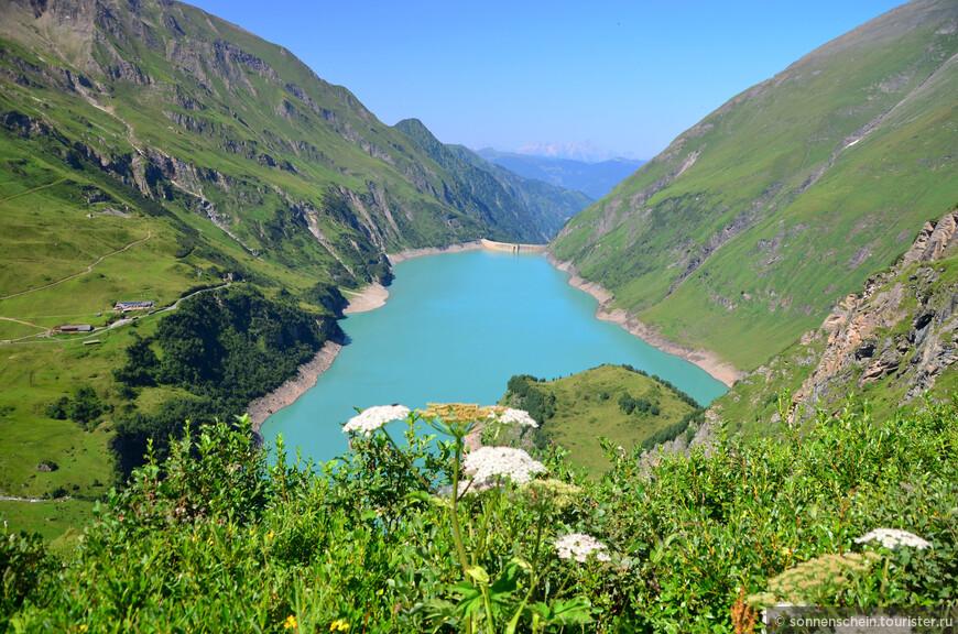 Природа на высоте 2000 метров совсем иная. Нет более деревьев - камни, скалы, бесчисленные водопады и луга с вездесущими альпийскими коровками.