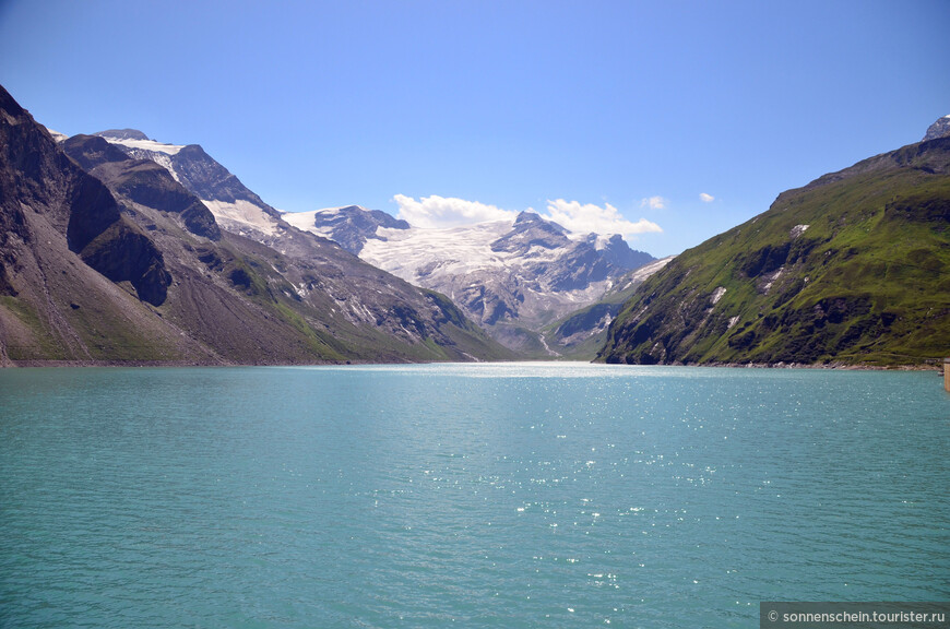 Фотографировать мешало солнце, но всё же видно часть ледника на горе.