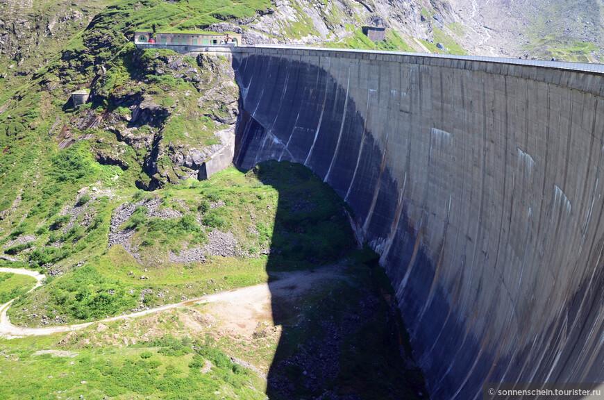 Стена верхнего водохранилища поражает своими размерами. Какая колоссальная работа была проведена.