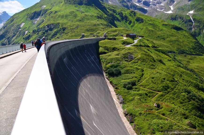 Мозербоден образуют две стены (Мозерсперре и Дроссенсперре), которые друг от друга отделены горой Хёенбург (2 112 м над у.м.). Эти две плотины были построены в течение 1947-1955 гг. для производства  электроэнергии.